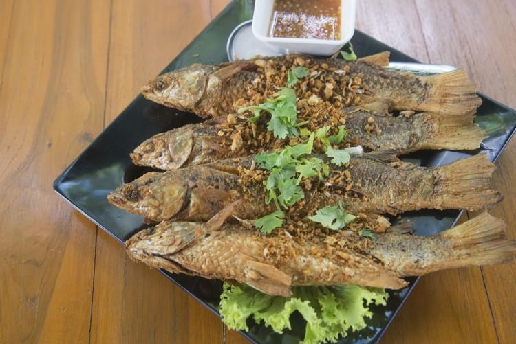 Deep Fried Mullet with Garlic(1公斤650泰铢) 炸得香脆不油腻的乌头鱼,肉质细嫩,每条都有鱼卵。