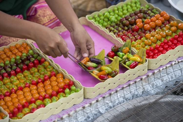 精巧可爱的Luk Chup,从前是泰王餐后甜点,技艺只在皇宫内传授。它以绿豆蓉入馅,天然颜料著色,一般会制成不同的迷你蔬果造型,例如辣椒、樱桃、山竹、香橙、芒果、香蕉、西瓜、红萝卜等,味道香又甜。