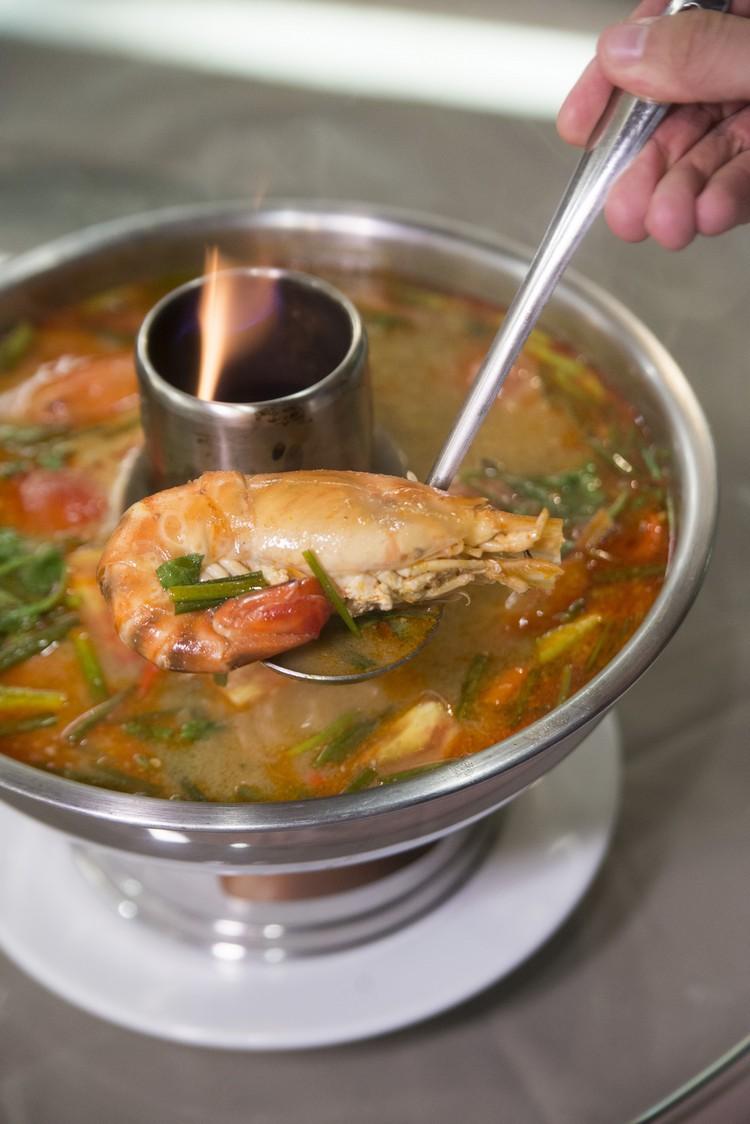 Tom Yum Fresh Water Shrimp(600泰铢) 用新鲜淡水大头虾熬煮的蘑菇冬炎汤,酸辣有劲,虾味渗透汤中,挺滋味。