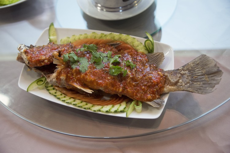 Deep Fried Seabass with Sweet & Sour Sauce(600泰铢) 炸鲈鱼淋上泰式酸甜辣酱,外脆内鲜嫩,沾酱吃甚开胃。