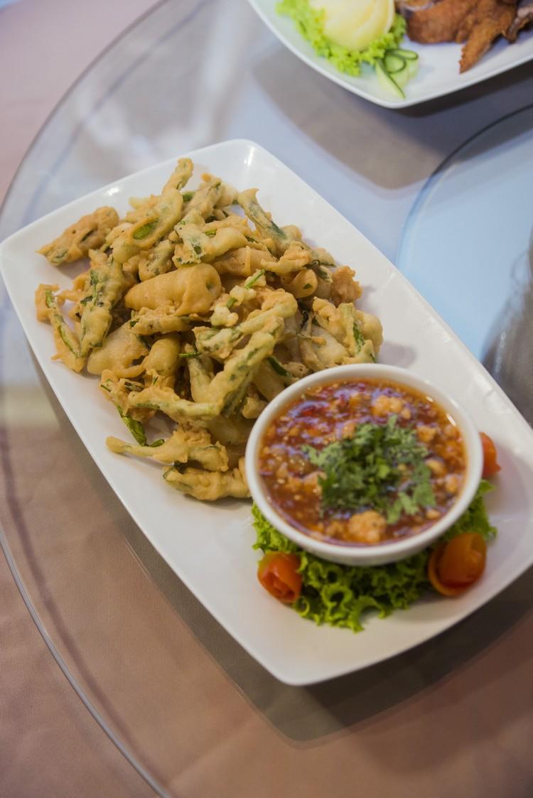 Deep Fried Morning Glory Thai Salad(300泰铢) 泰国常见的酥炸空心菜,醮泰式酸甜辣酱,脆爽口。