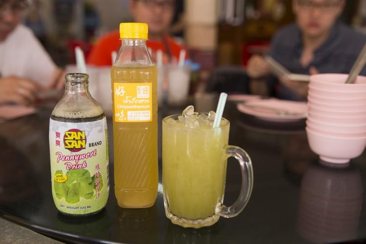 绿蛤壳草汁(左)常见于泰国和越南,又名崩大腕,属清热解毒的凉茶。