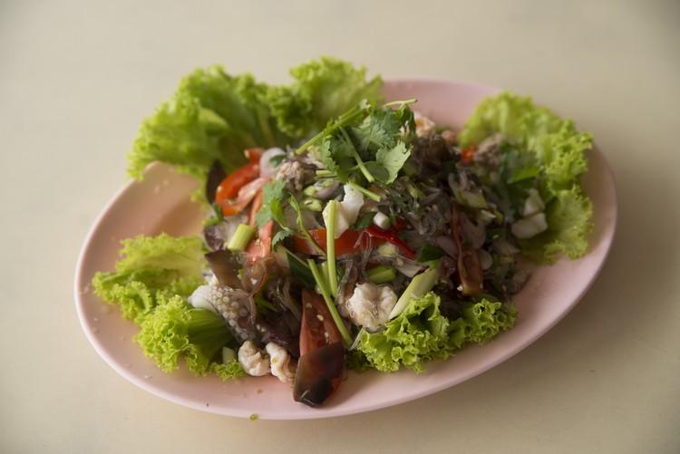 泰式沙拉,蔬菜拌以冬粉、木耳、肉碎、苏东、辣椒等材料,酸辣开胃。