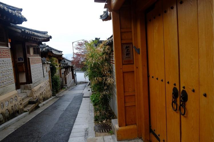 嘉会洞31番地空无一人的巷子,还可以闻到淡淡的竹香。