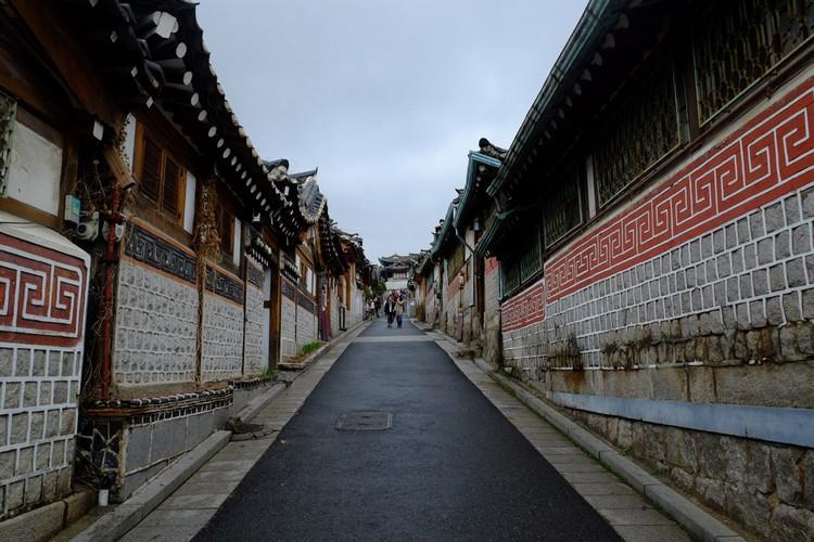 天空开始下起绵绵细雨,仿佛为我们清场。原本因游客而喧闹的小巷变得寂静,还回嘉会洞小巷一片清净。