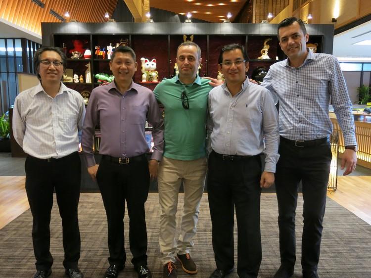 两位阿尔巴尼亚贵宾:, 与蘋果旅遊集團执行主席拿督斯里李益辉-李桑(左二)及集團董事经理拿督斯里许育兴-Kohsan(左一)合影;右二为蘋果欧美董事经理-黄国良。