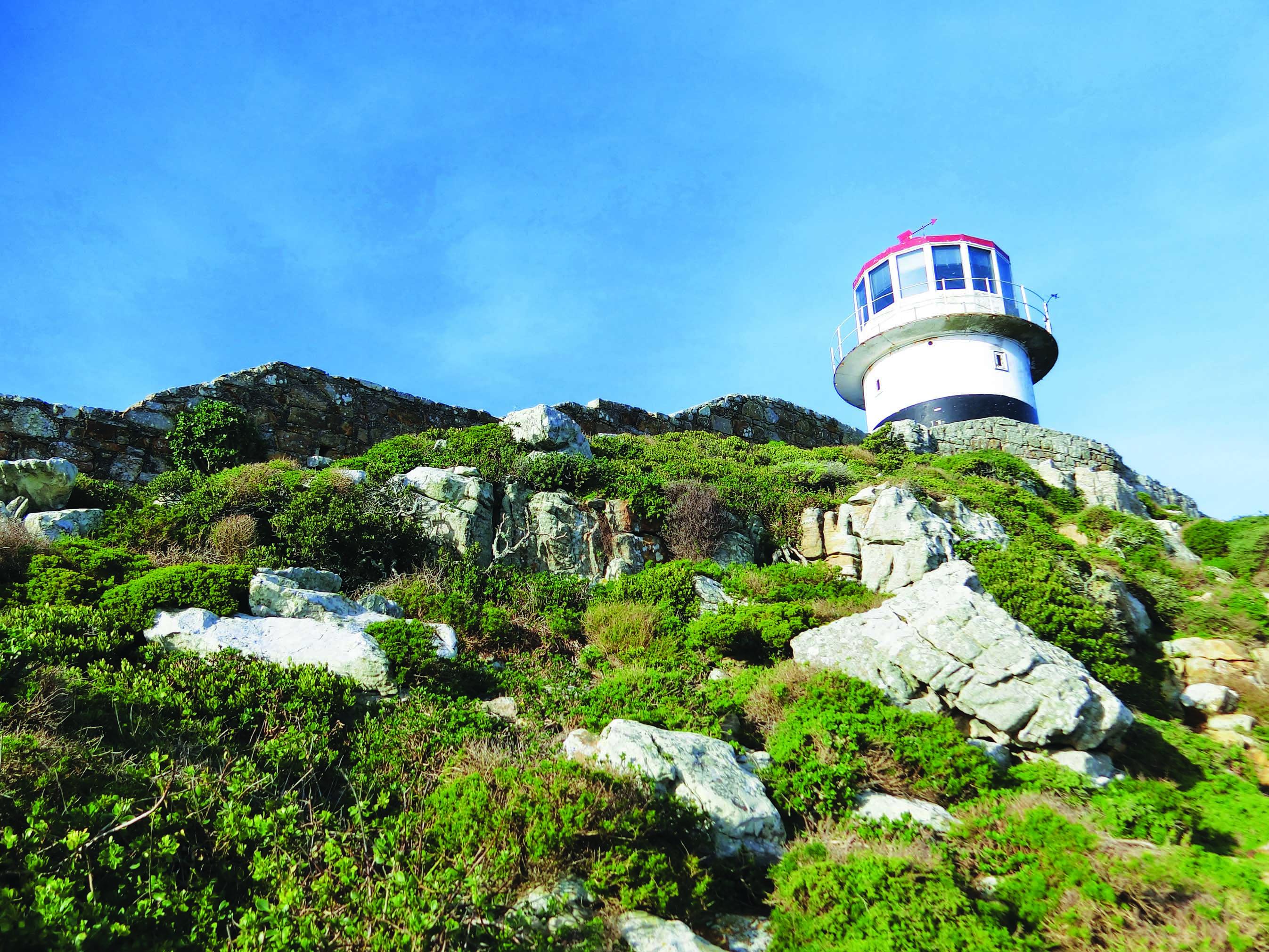 开普角的山顶上矗立着一座灯塔。
