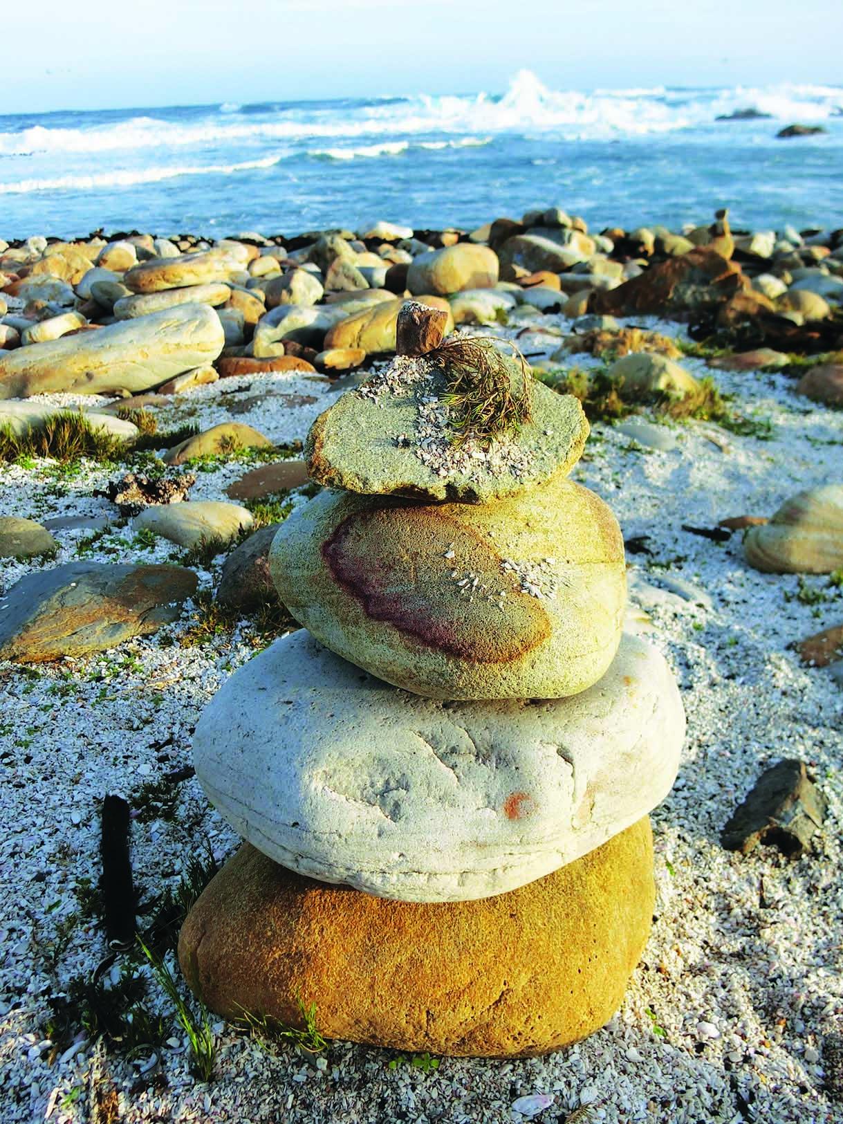游客喜欢把这里的鹅卵石堆得高高的。