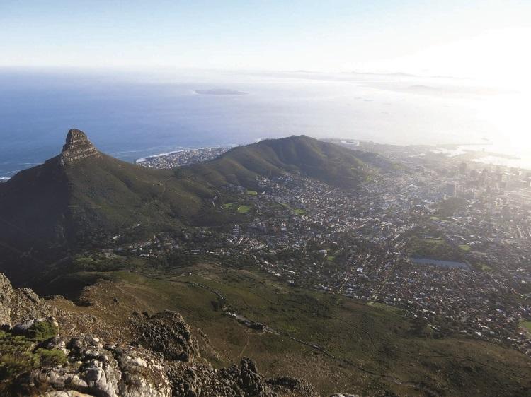 靠近大西洋方向的那座小山,分别称为狮头峰(Lion's Head)和信号山(Signal Hill)。