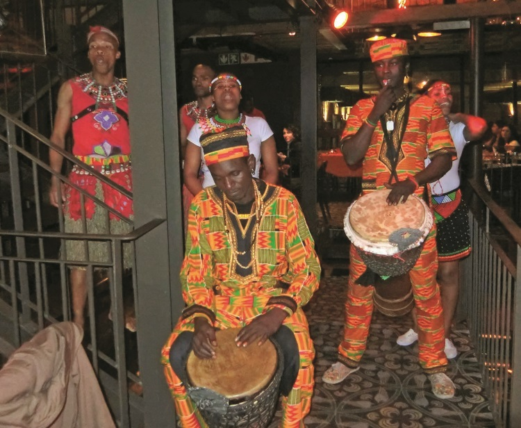 餐点间还能欣赏到非洲传统的歌舞表演。