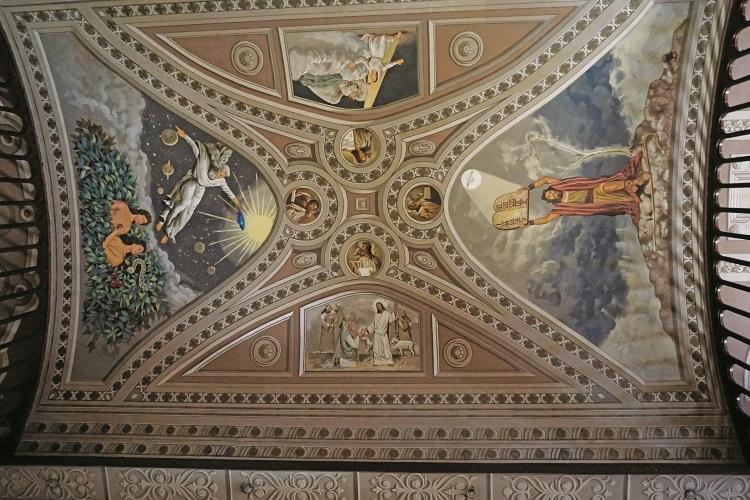 天花板上栩栩如生的基督画像。