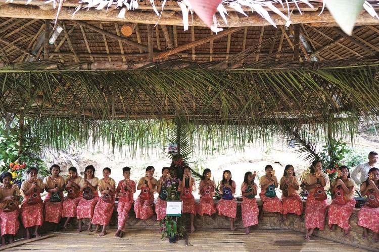 停靠了一个当地原住民的表演台,迎面而来的是灿烂的笑容,不断向我们挥手。