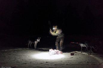 天寒地冻,砍肉的动作也显得非常吃力。