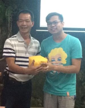龙云休闲农场主人 邓雅元(左),再度颁奖予 第一天 ‧ 第二场 ‧ 第一名:梁国忠。 《尚游》杂志代表——梁国忠是第一天的双料冠军!