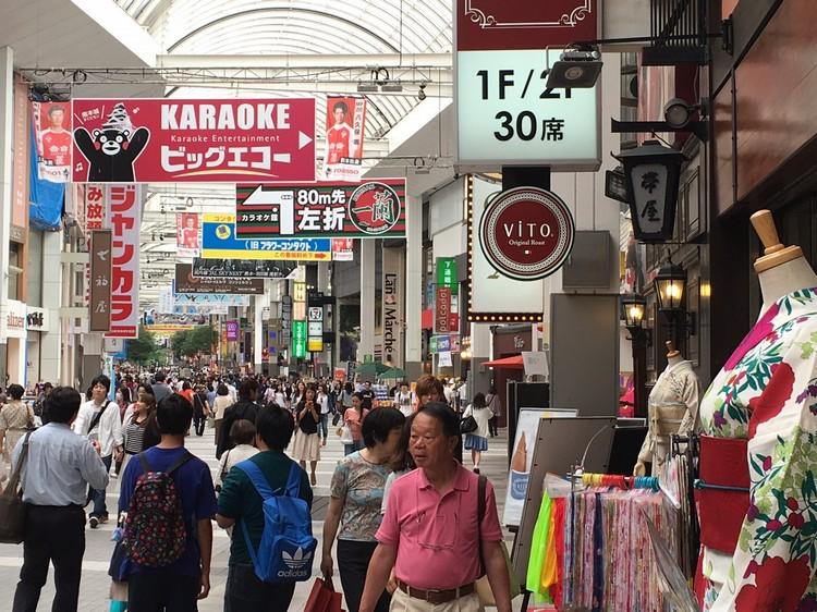 地震当时坍塌的熊本商店街;一个月后,完全修复完备,现在是人山人海。