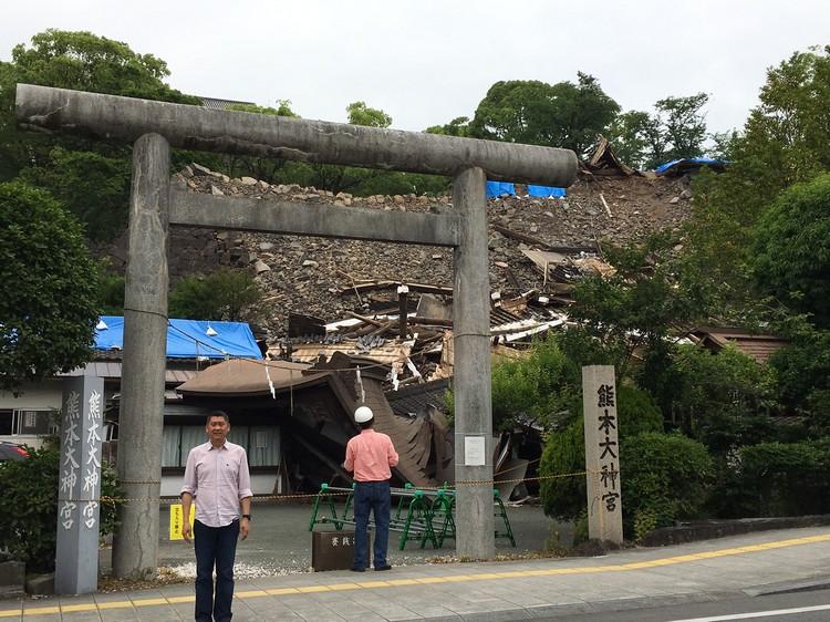 熊本大神宫已经完全坍塌;但门前的鸟居牌坊却完好无损。
