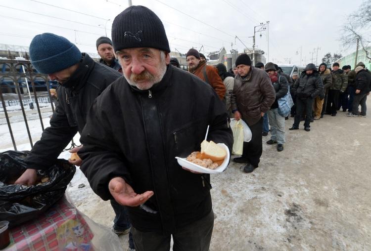 气候零下的乌克兰,无家的游民正耐心排队,只为领取来自社工发给的热腾腾食物。