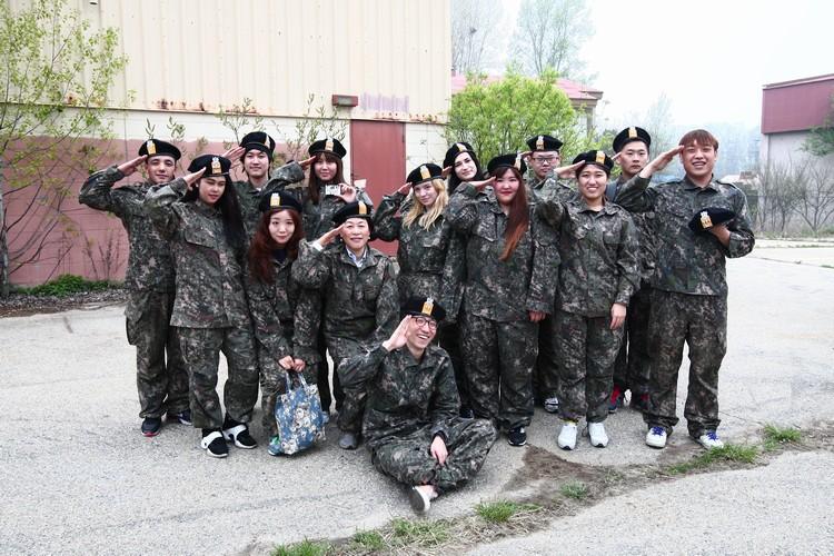 在格里夫斯营里可以试穿军服哟!