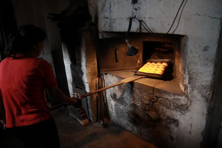 海南人陈小姐负责烘烤海南面包