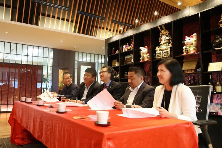 众要员于现场签订合作合约。