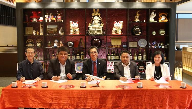 不丹航空商业部总经理 Ugyen Tenzin(左2) 与 驻站经理 Thinley Dorji(左4),今日与蘋果集團董事经理 拿督斯里许育兴(Koh san,中)于蘋果大厦4楼与要员们商讨双方包机直飞合作事宜。蘋果亚洲执行董事 邓丽君(右) 以及 蘋果航空代理总经理 Bernard Woo (左)也参与商讨。