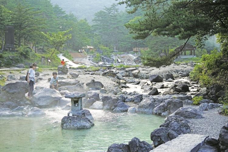 西の河原公园,四处都是温泉水。