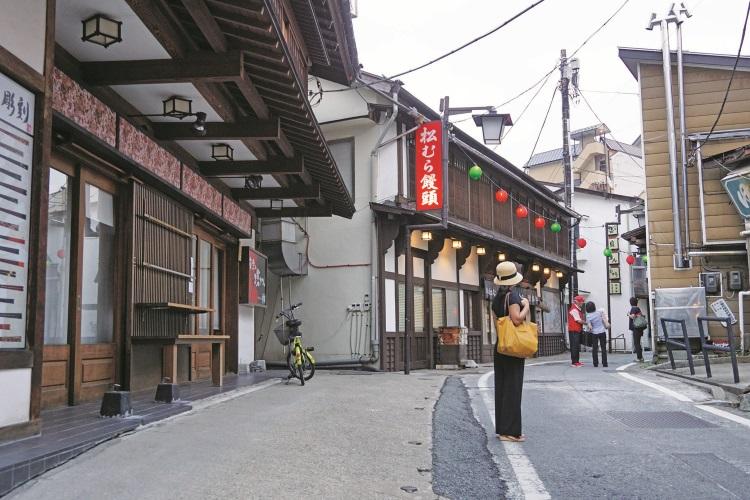 西の河原街道有许多特色商店,惟大部分傍晚六点之后打烊。