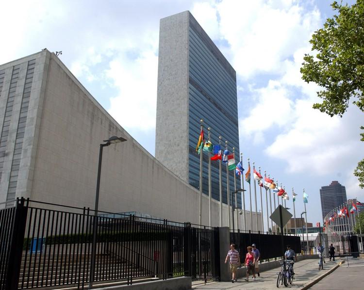 """联合国大厦这块领土的所有权不属于美国以及任何一国,而是联合国的——世界上唯一的""""国际领土""""。只要是会员国国民持有护照就可以进入。"""