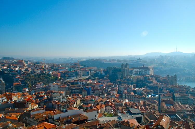 从Igreja dos Clérigos教堂高塔一览老城区的风景。