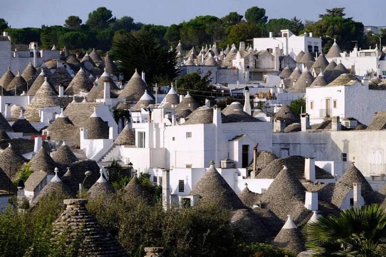 意大利南部Apulia省的小镇Alberobello有1500座白色墙壁并带灰色圆锥形屋顶的石头房子-特鲁利建筑。