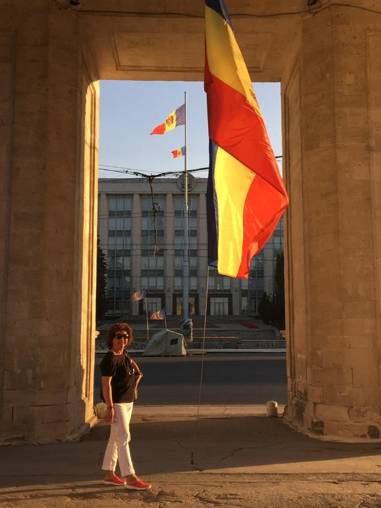 凯旋门下的高昂旗帜:眼前更严峻的考验。