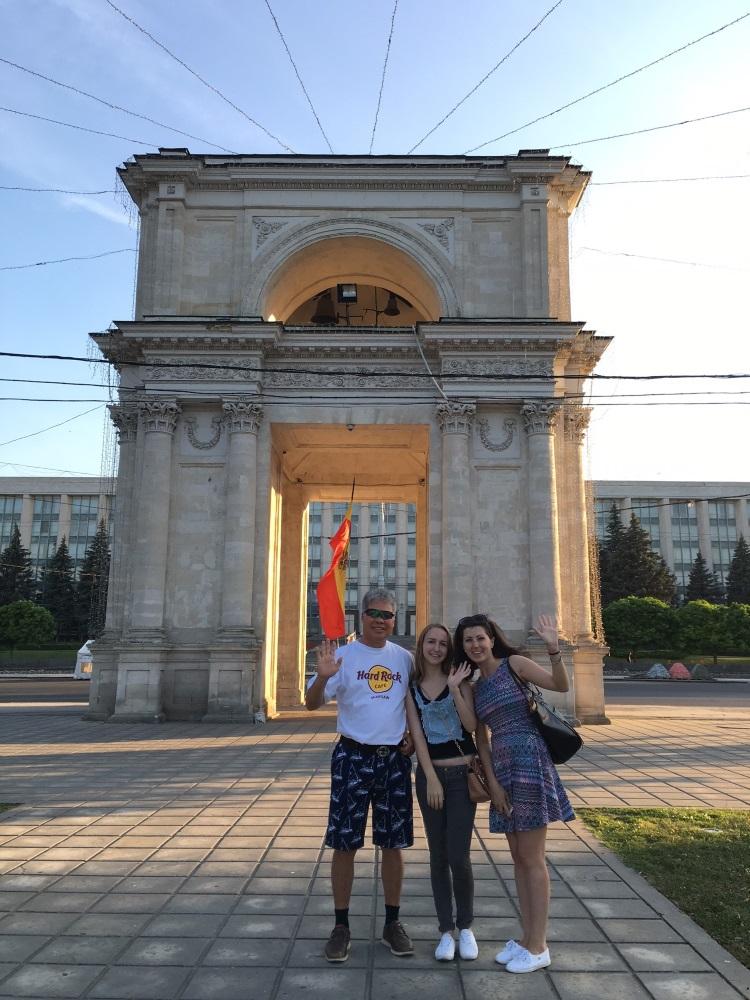 摩尔多瓦人很友善;乐意与游客合照:凯旋门。