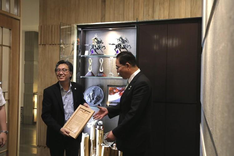 后藤 斋 一行人对于三重县知事之前赠与蘋果旅遊的感谢状深感兴趣,还拿出来琢磨一番!