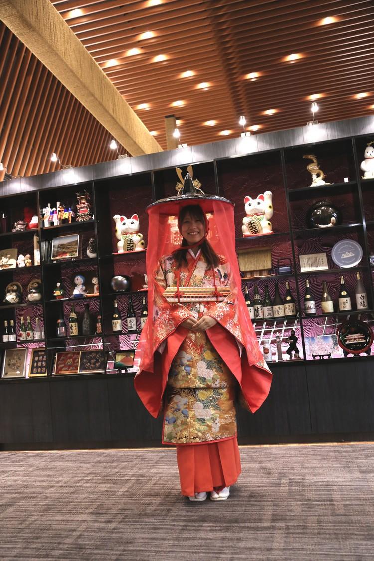 每年的信玄公节,男的一身武田 信玄武将装扮,女的就如图中武将夫人的穿着在街市游行。