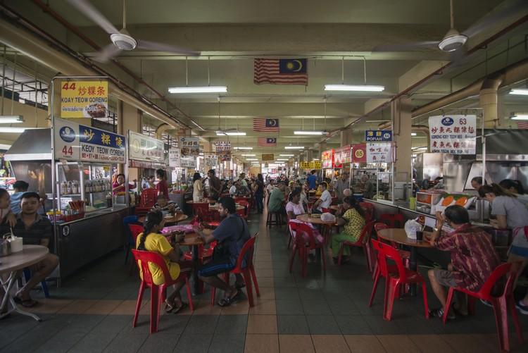 由早至午,拉律马登熟食中心的人潮不间断。