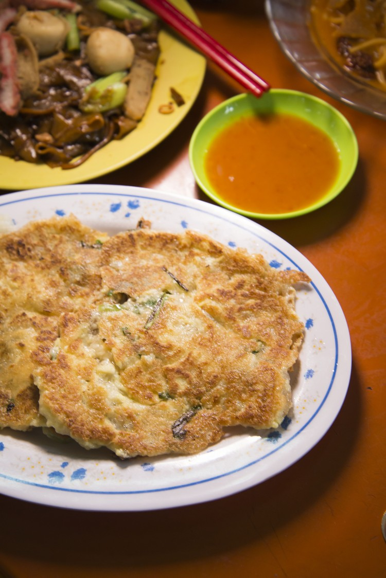 77档。蚶煎(小/RM6.50) 蚝煎和虾煎算常见,但蚶煎可是第一次尝到!蚶连同蔬菜一块煎,未尝已闻香气,薯粉份量刚刚好,蚶小却多汁,必试。