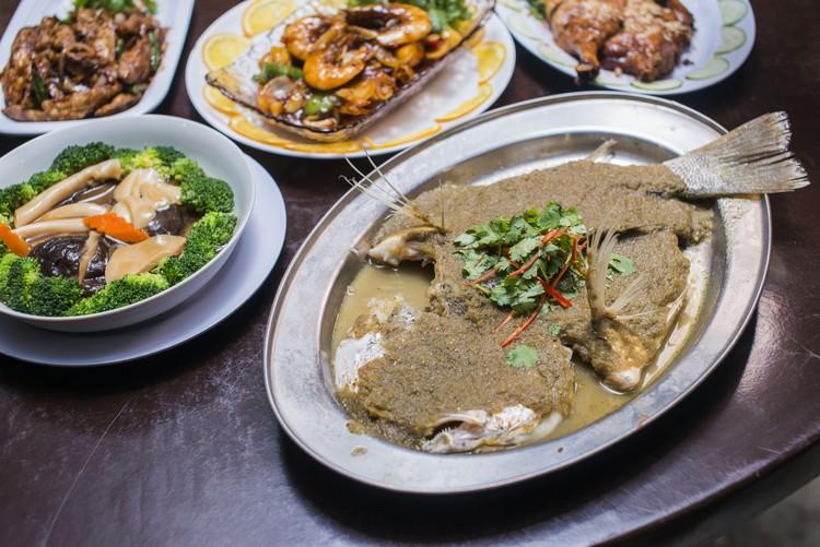 娘惹蒸鱼(RM50) 肉质新鲜,淋上酸辣特酱,吃得开胃。