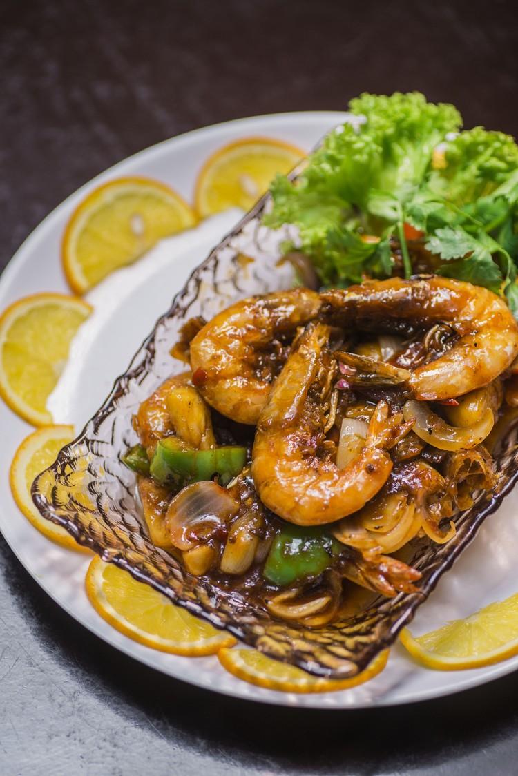 黄梨虾(RM30) 鲜虾煎过再拌炒黄梨、洋葱、灯笼椒等配料,好吃。
