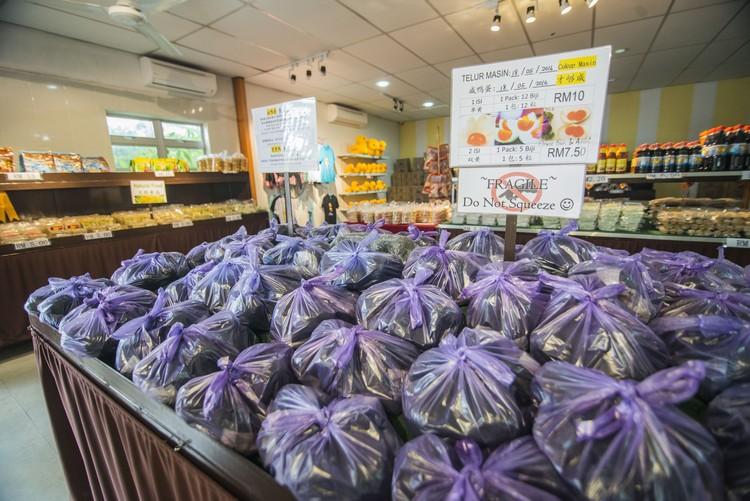 贩卖部售有自家出品的A级咸鸭蛋(双黄要预订)12粒RM10,深受欢迎,据悉,端午节前夕都会一箱箱卖。