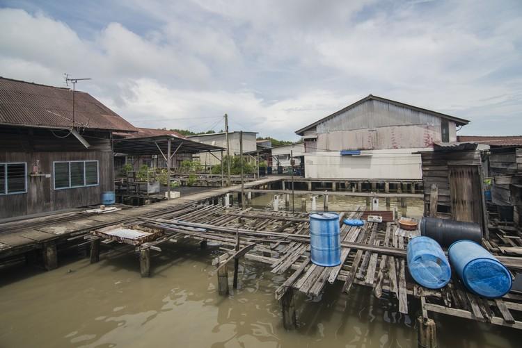 许多村民都迁出老港,房子静静地成为遗弃的一部分。