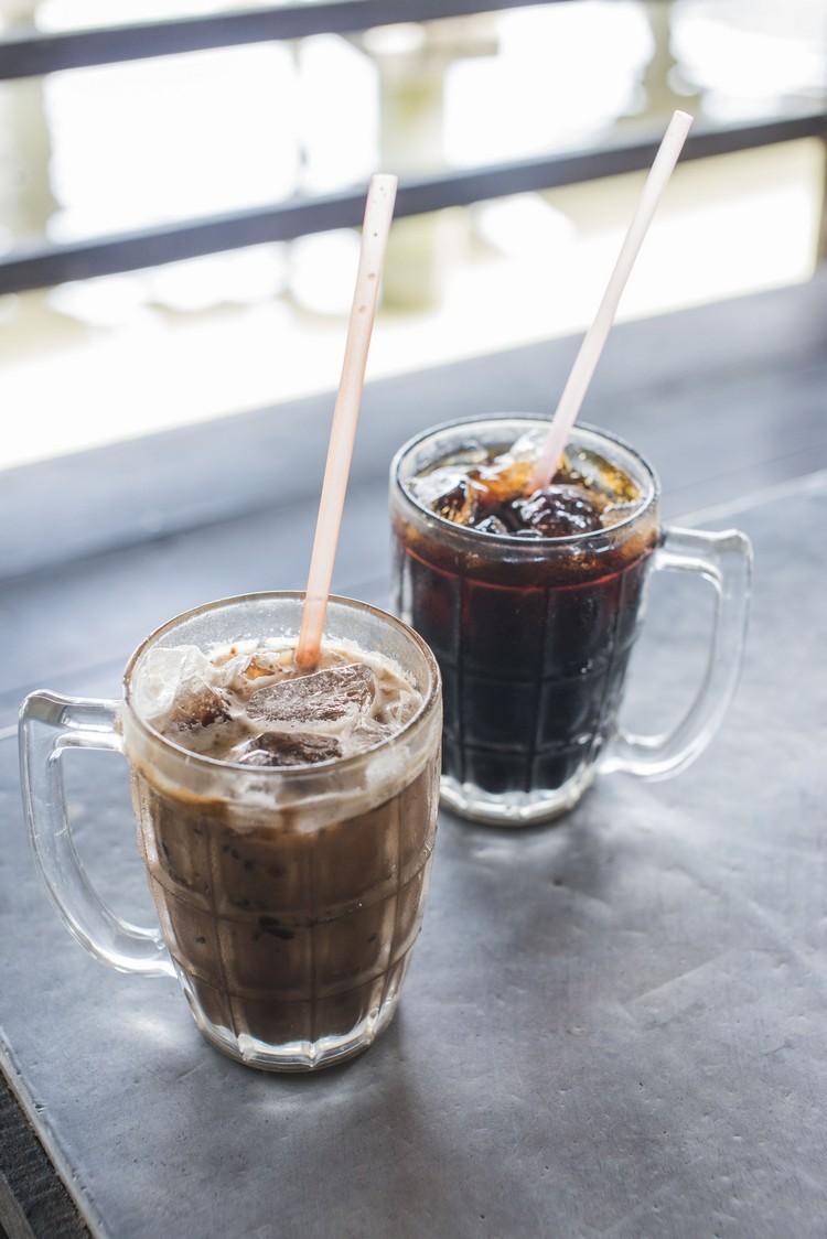 参观后,不妨到渔村的咖啡店休息,来杯以过滤雨水冲泡,太平独有的【前】虎咬狮(RM2.50,以本地咖啡混合美禄)或【后】黑咖啡冰(RM1.50)。