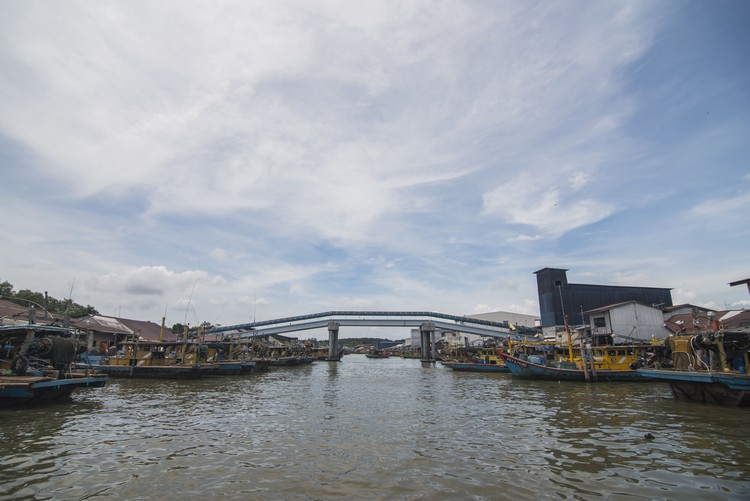 这座桥,通往过港和十八丁。