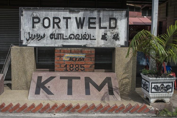 英殖民时代,太平盛产锡矿,为把锡米运到砵威(十八丁旧称)港口,英殖民政府于1885年建造了大马第一个火车铁路,也就是全马最早的火车站。可惜火车站已不在,只留下这块石碑。