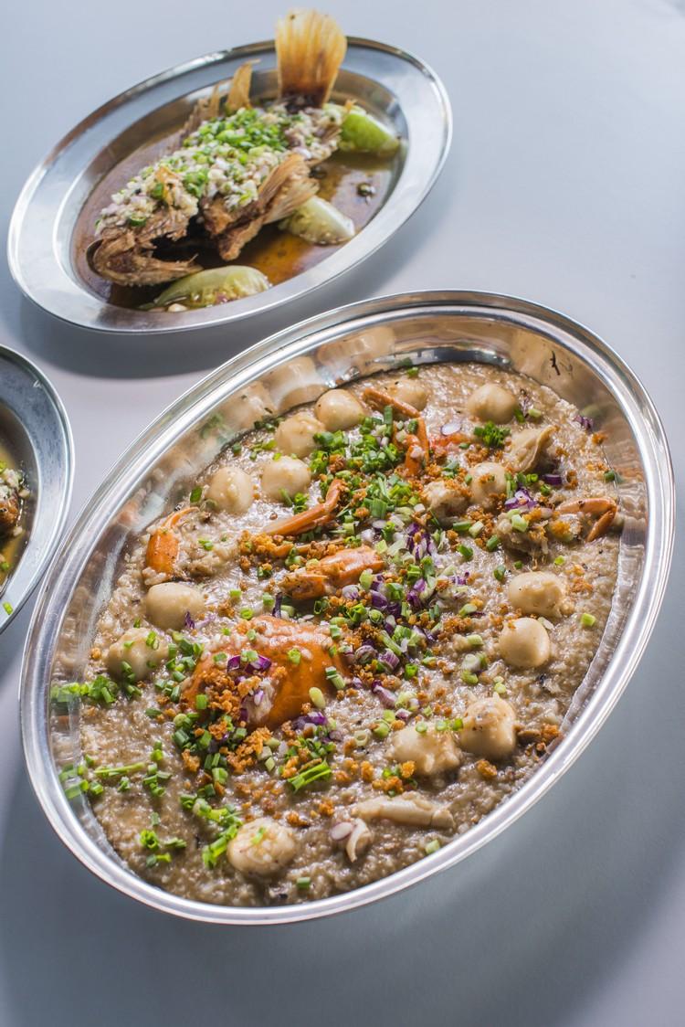 炒海鲜粥(时价) 招牌菜之一,必须反复炒个10分钟,材料有螃蟹、鱼丸等,炒得咸香鲜入味。