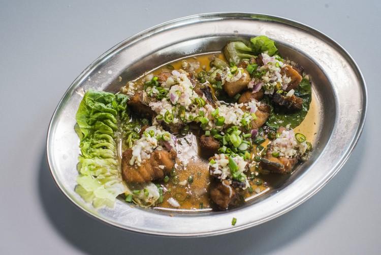 干煎三味龙虎斑(RM10) 做法与金凤鱼雷同,干煎后淋上自家酱,鱼肉切小块吃法,另有一番口感。