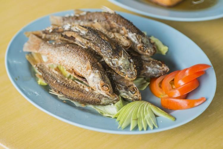 炸只仔鱼(每条RM1.30) 炸得香脆的鱼仔,有些内含鱼卵,好吃。