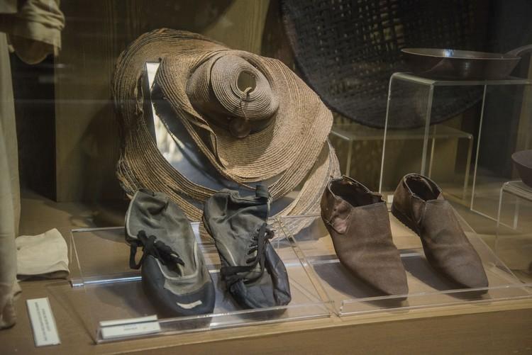 华人矿工当年采锡所穿戴的帽子和鞋子。