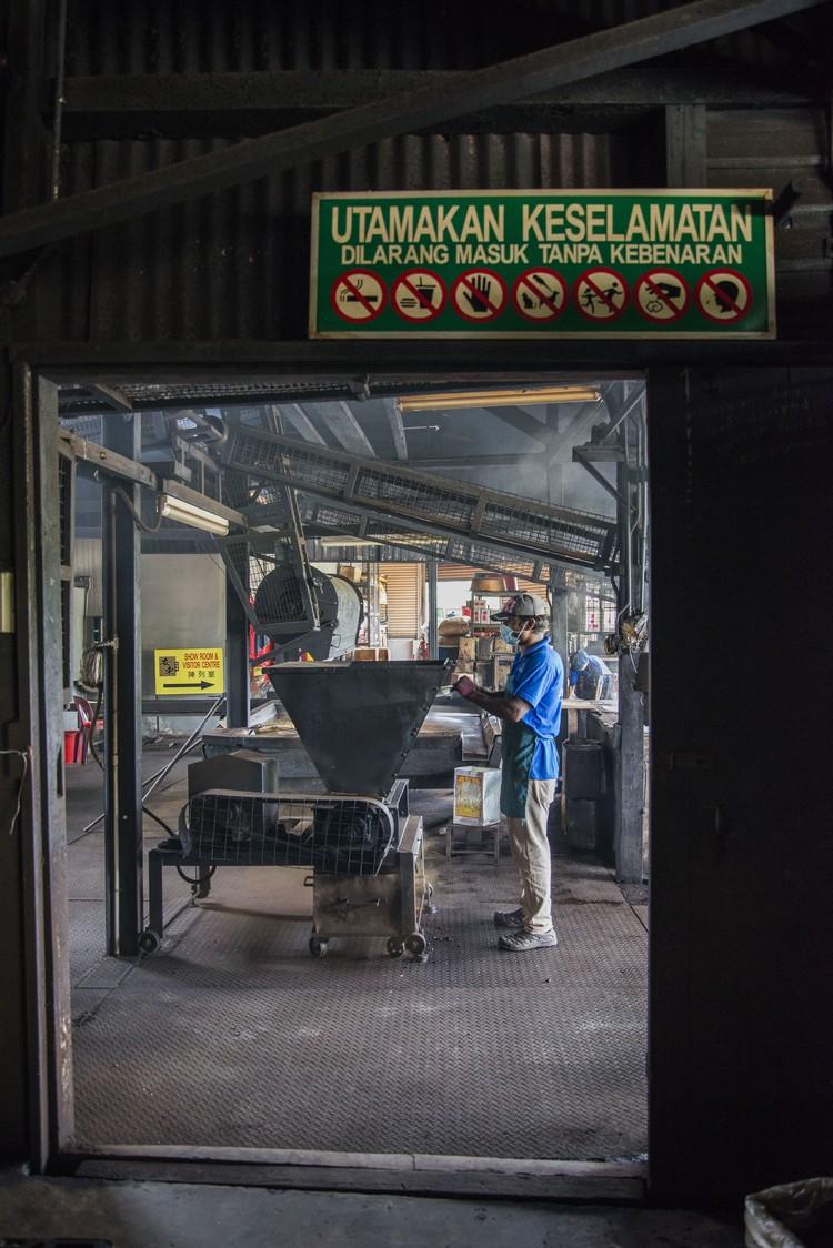 这里,一条皮带拉完整个咖啡厂,只要开启引擎,就会发动6台旧机器运作。