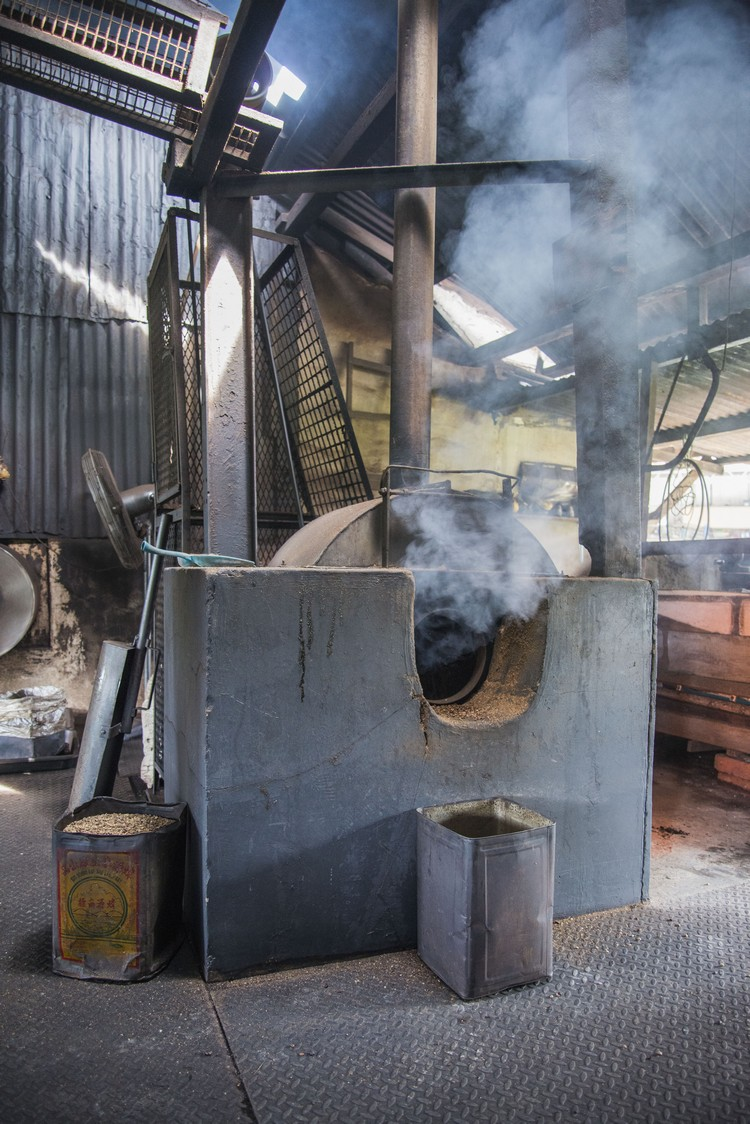 1. 首先进行炒咖啡豆动作。