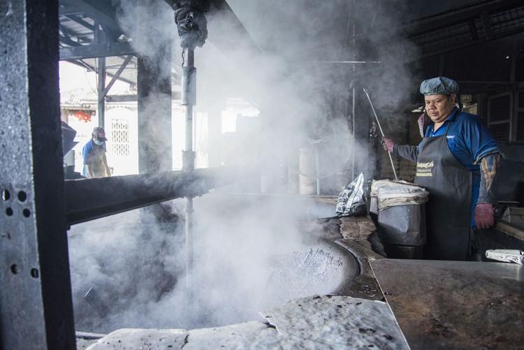 4. 取出炒好沾糖的咖啡豆。